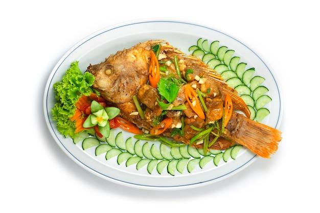 튀긴 생선 볶음 샐러리 아시아 음식 스타일 요리 깊은 튀긴 maincorse