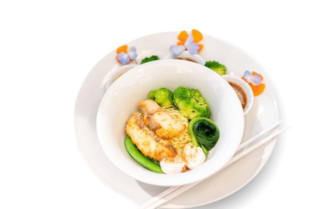 튀긴 생선 태국 nooble 스타일의 흰색 그릇에 점심 또는 저녁 식사를 제공하고 먹을 준비가되었습니다.