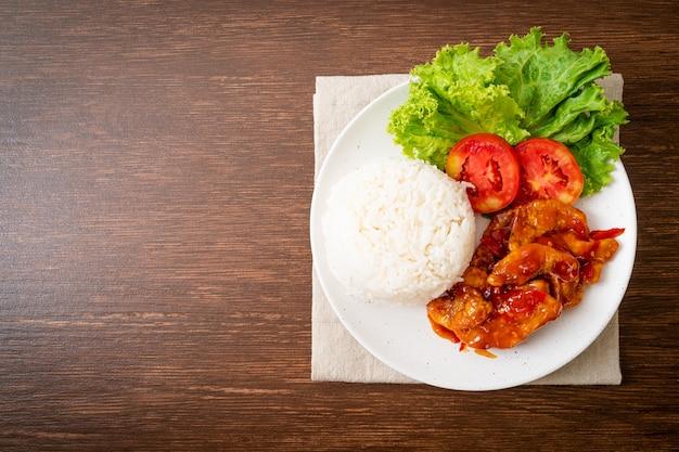 Жареная рыба с соусом чили 3 вкуса с рисом на белой тарелке