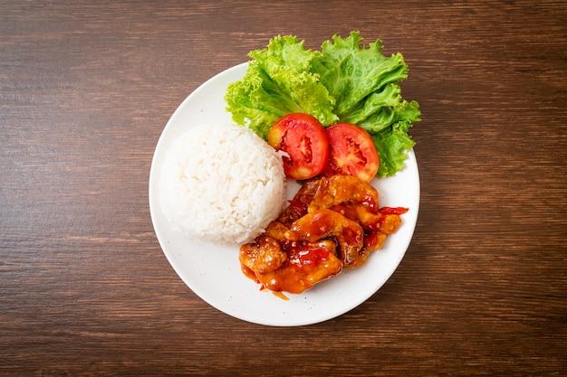 흰 접시에 밥과 함께 3 가지 맛 칠리 소스를 얹은 튀긴 생선