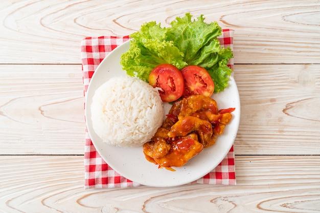 Жареная рыба в соусе чили с 3 вкусами и рисом