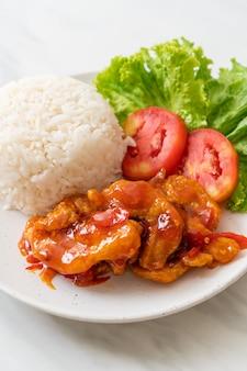 Жареная рыба, заправленная тремя вкусами соуса чили с рисом