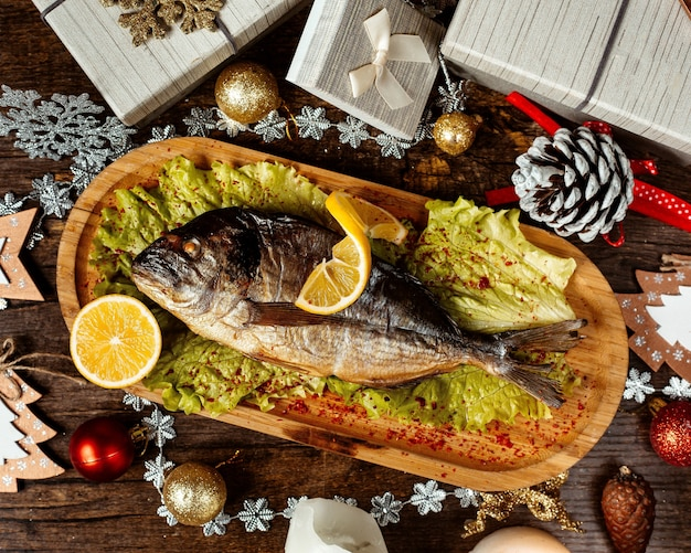 コショウとレモンのスライスをトッピングした魚のフライ