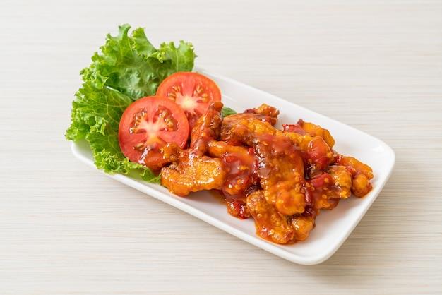 Жареная рыба с тремя вкусами соуса чили