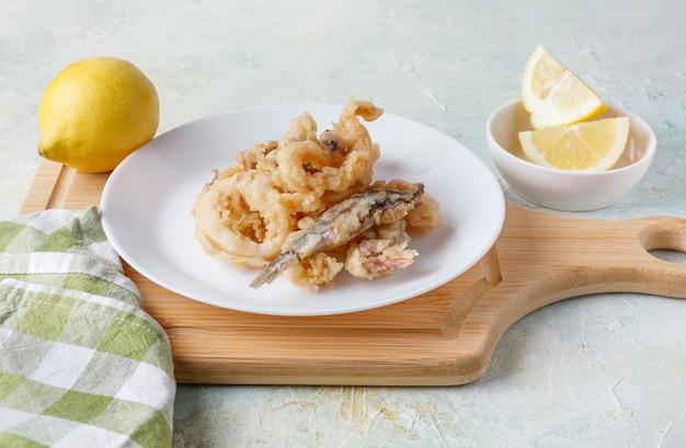Жареная рыба, типичная для средиземноморской испании