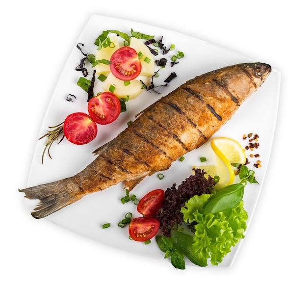 新鮮なハーブとレモンの揚げ魚