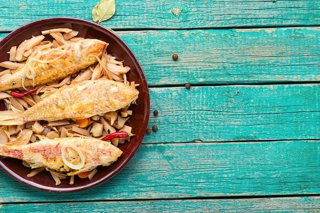 양 고추 냉이 뿌리를 가진 튀긴 생선