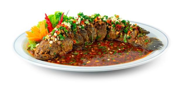 핫 칠리를 곁들인 튀긴 생선 사천 핫 소스 튀긴 뱀머리 생선 중국 음식 퓨전 스타일 조각된 칠리와 야채 측면 장식 장식