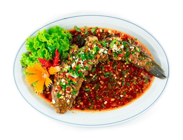 핫 칠리 사천 핫 소스를 곁들인 튀긴 생선 튀긴 뱀머리 생선 중국 음식 퓨전 스타일 장식 조각된 칠리와 야채 topview