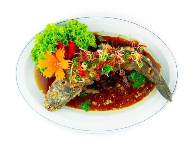 간장을 곁들인 튀긴 생선 튀긴 뱀머리 생선 중국 음식 퓨전 스타일 장식 조각된 칠리와 야채 topview