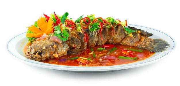 새콤달콤한 소스를 곁들인 생선 튀김(tang cu cui pi yu) 조각된 칠리와 야채 측면을 장식하는 전통 중국 요리