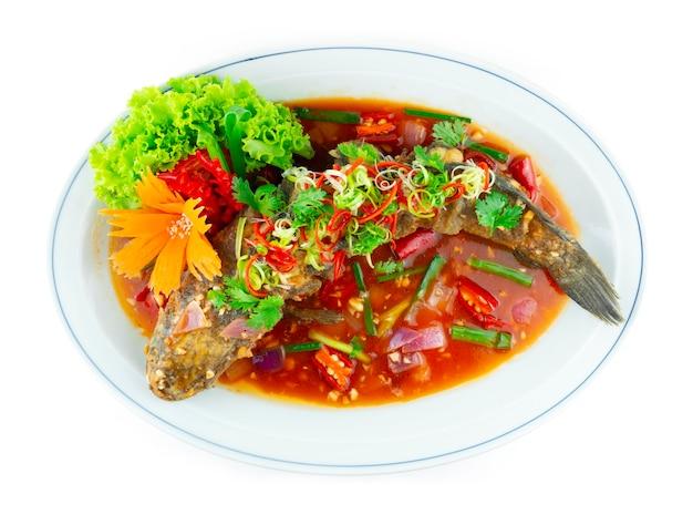 새콤달콤한 소스를 곁들인 생선 튀김(tang cu cui pi yu) 조각된 칠리와 야채 탑뷰를 장식하는 전통 중국 요리