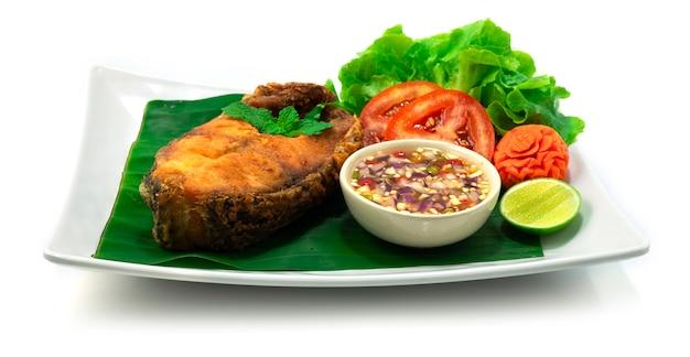 흰색 배경에 흰색 접시에 달콤한 매운 소스와 튀긴 생선