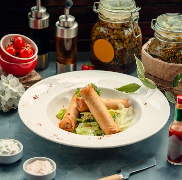 야채와 박제 튀긴 플랫 빵 수프 접시에 양상추와 함께 제공