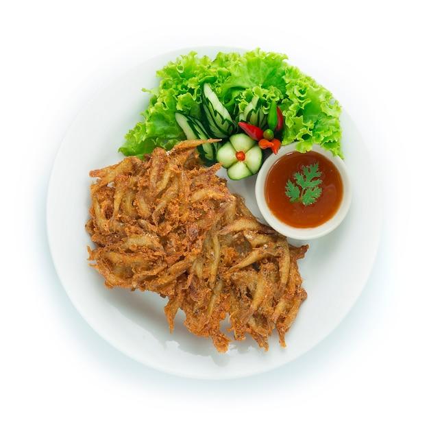 Жареная пресноводная рыбка хрустящая жареная тайская еда