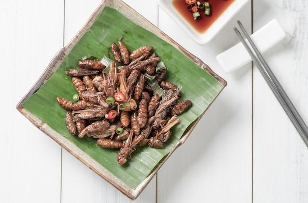 タランの揚げたメスと揚げたワーム、揚げた蚕、食用の昆虫食べ物と地元の食べ物