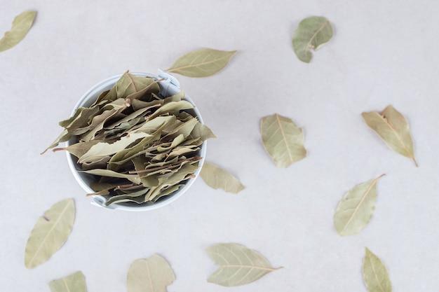 セラミックカップに揚げた緑の月桂樹の葉。