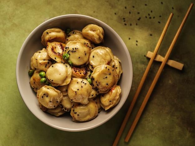揚げ餃子、ラビオリ、餃子。伝統的な中華料理。上からの眺め。