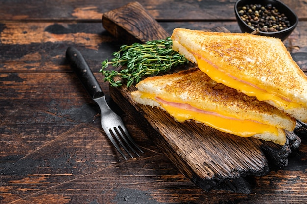 튀긴 햄과 녹인 치즈 샌드위치
