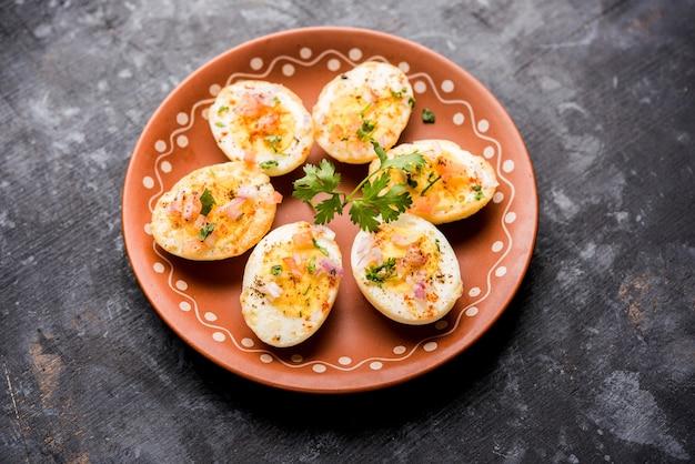 Масала из жареного горячего вареного яйца - популярный здоровый завтрак или стартовое меню из индии.