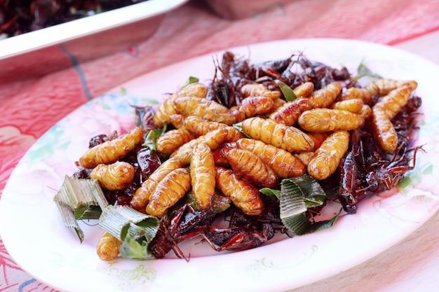 屋台の食べ物で揚げ昆虫