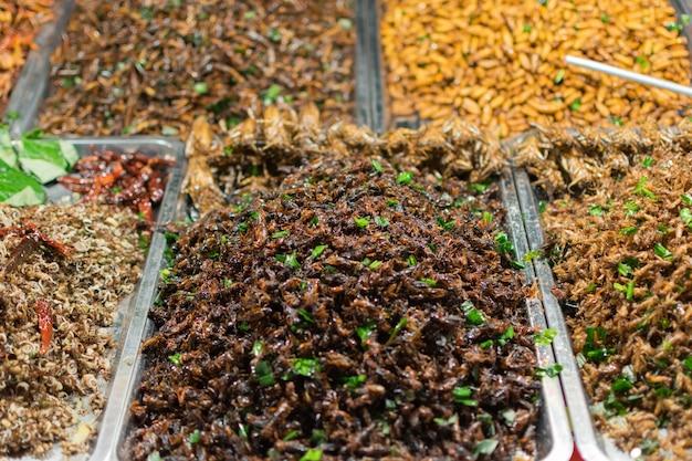 揚げた昆虫はタイで見つけやすい食べ物です。