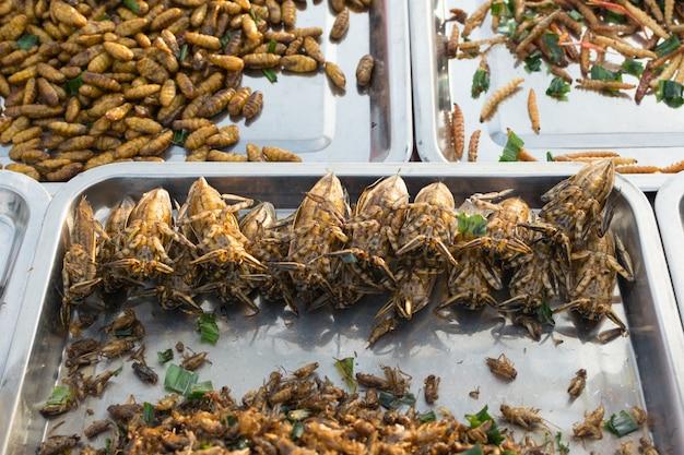 Жареные насекомые различных типов - это еда, которую можно легко найти в таиланде.