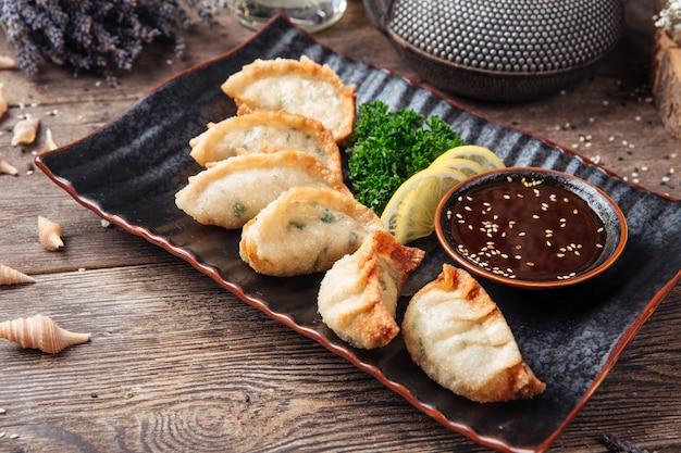 餃子揚げ餃子ソース木製テーブル