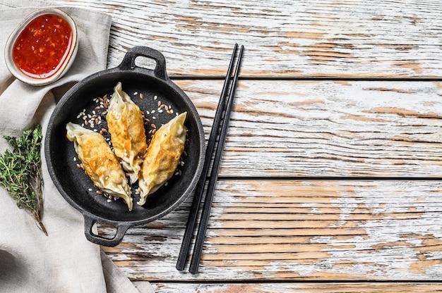 焼き餃子の鍋。