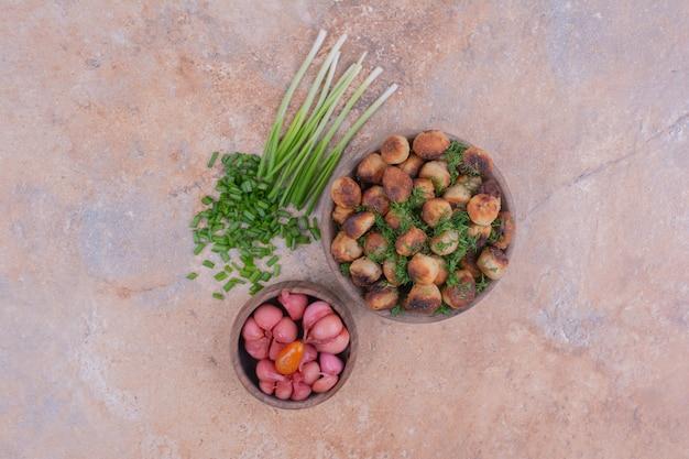 Жареные начинки хинкала с зеленью и маринованными продуктами.