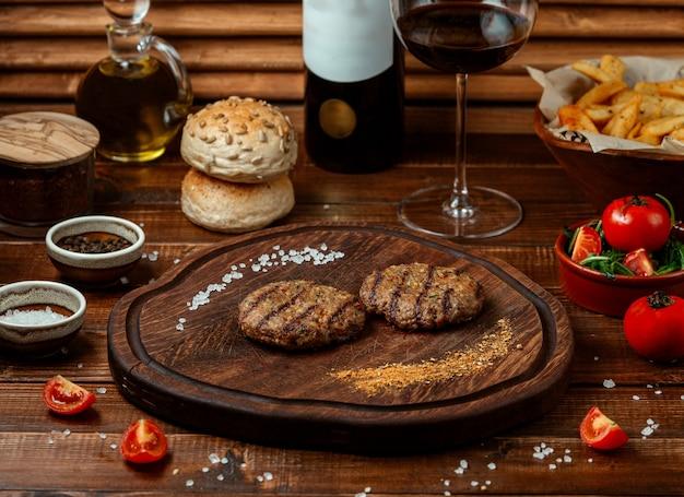 Kofte fritto sul bordo di legno