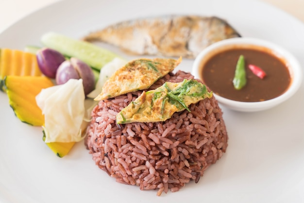 Fried mackerel with shrimp paste sauce and berry rice