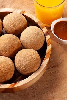 튀긴 고기 공. 전형적인 브라질 바 스낵. 다진 고기로 만들어 빵가루를 입히고 튀긴 것. 평면도