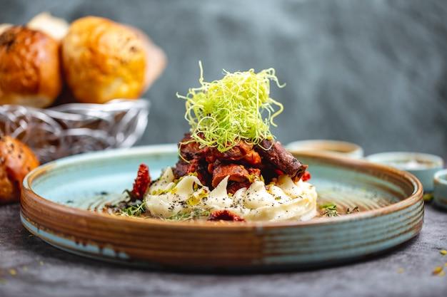 Жареное мясо, помещенное на картофельное пюре, украшенное тертым перцем и тимьяном Бесплатные Фотографии