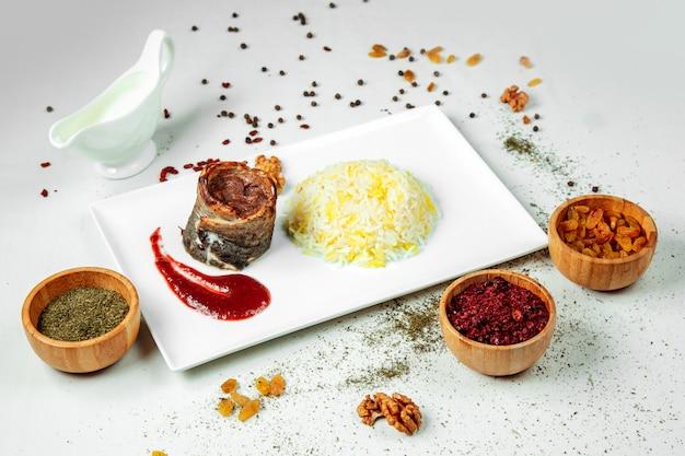 Жареный мясной рулет с рисом и соусом