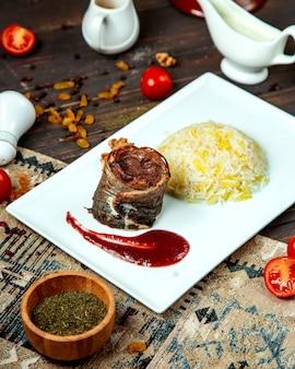 Жареный мясной рулет с рисом