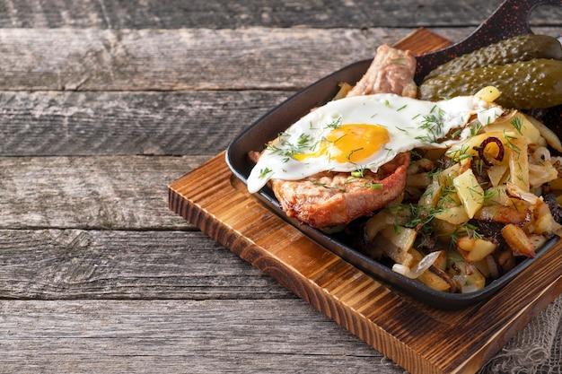 계란과 감자와 함께 튀긴 고기.