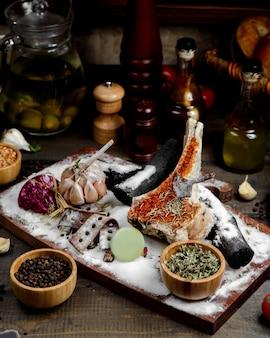 Жареное мясо с чесноком и пудрой на деревянной доске