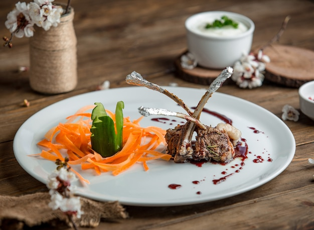揚げ肉と野菜のプレート