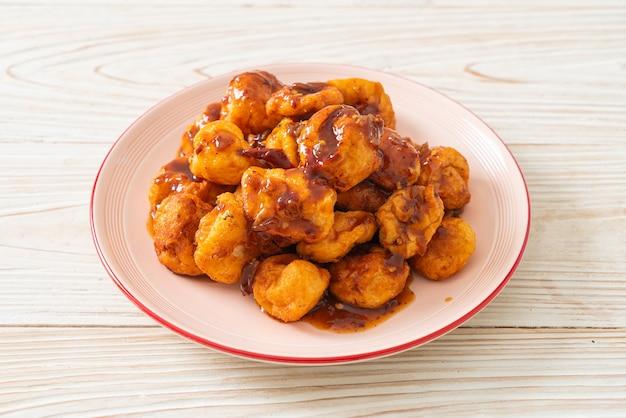 Жареные фрикадельки с острым соусом для макания - стиль тайской уличной еды