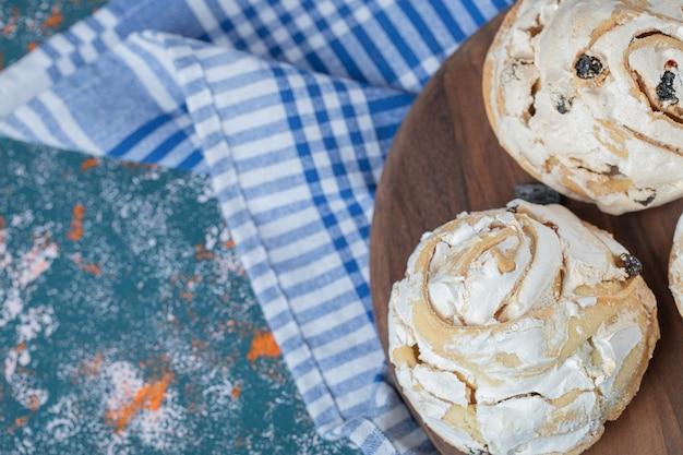 黒レーズンとホワイトチョコレートをのせたメレンゲの揚げクッキー。