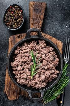 Обжарить говяжий фарш на сковороде для приготовления макарон.