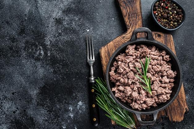 파스타 요리를 위해 냄비에 튀긴 다진 쇠고기 고기