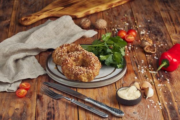 Жареный фарш (мясная котлета) на тарелке на деревянном столе