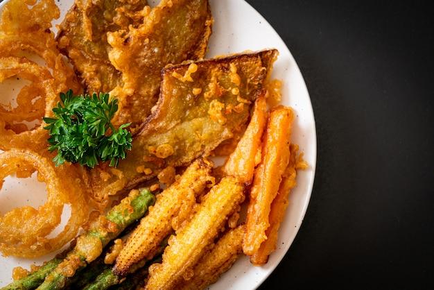 Жареные смешанные овощи (лук, морковь, кукуруза, тыква) или темпура, вегетарианская еда