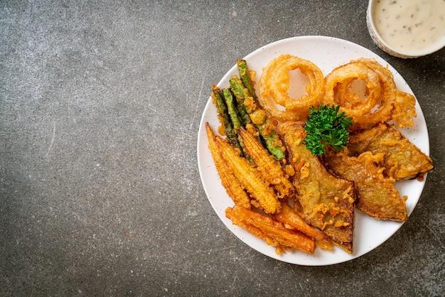揚げ野菜(玉ねぎ、にんじん、ベイビーコーン、カボチャ)または天ぷら-ベジタリアンフードスタイル