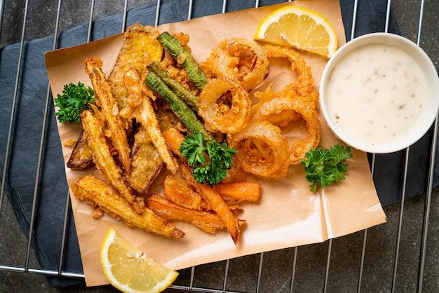 튀긴 혼합 야채 (양파, 당근, 아기 옥수수, 호박) 또는 튀김. 채식 음식 스타일