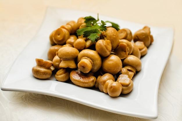 Жареные грибы на тарелке