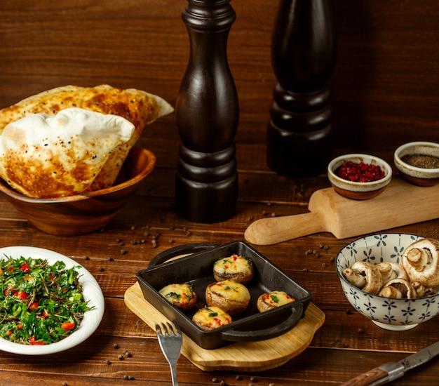 Funghi fritti con formaggio sul tavolo
