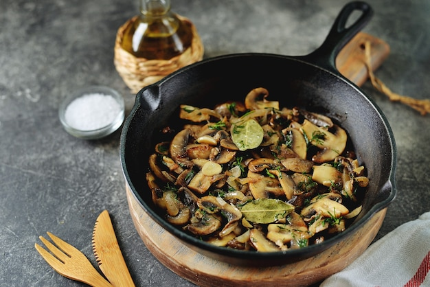 양파 마늘 베이 리프와 딜로 튀긴 버섯
